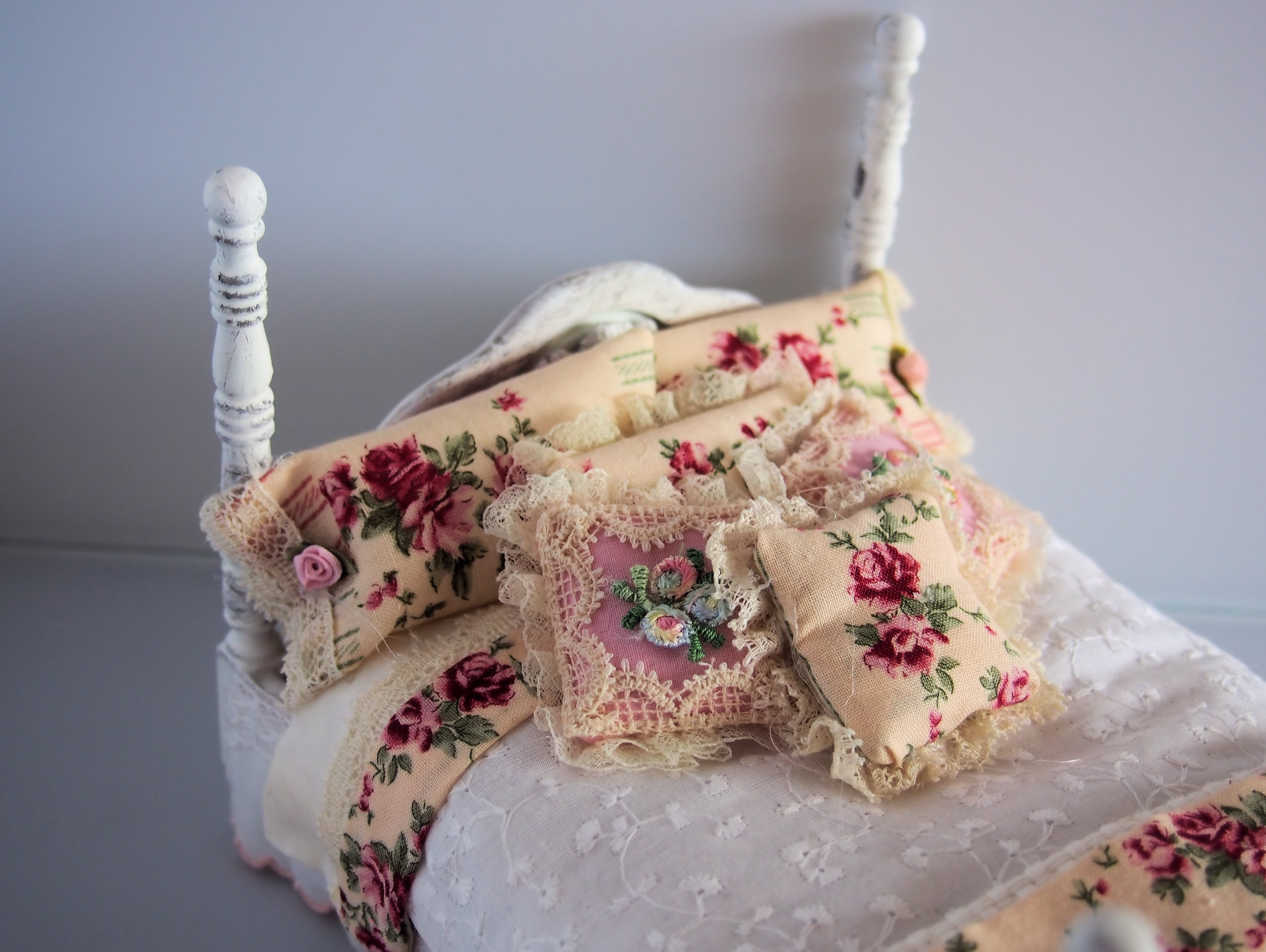 Shabby Chic Dollhouse Bed - Click Image to Close